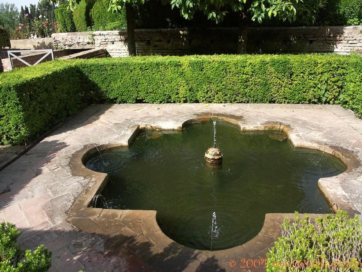Fuente jardines bajos alhambra generalife granada for Jardines de gomerez granada