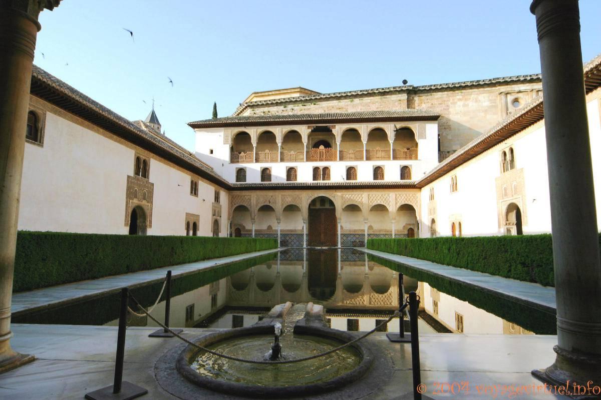 El patio de los arrayanes alhambra nazar de granada for Patios de granada