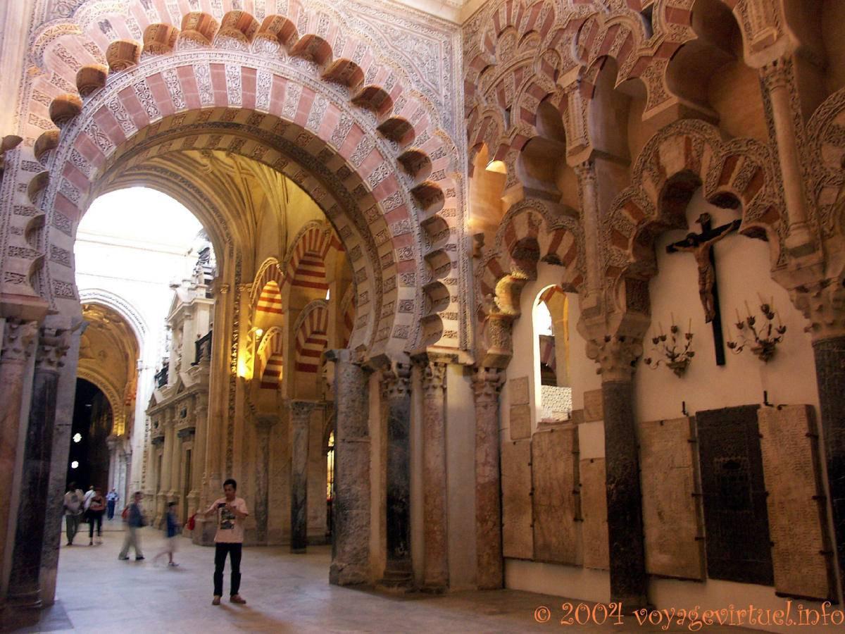 Mezquita Picture: Arco Adornado De La Basílica De San Vicente Mártir