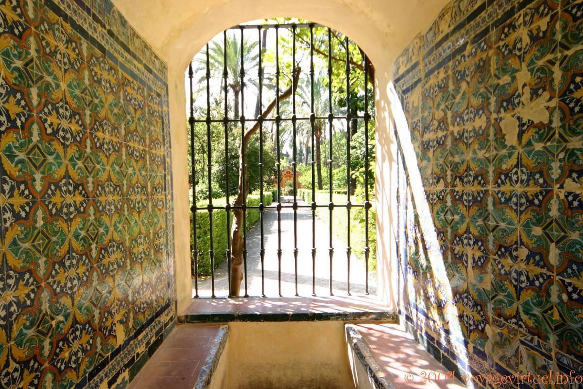 Azulejos en las paredes alc zar de sevilla espa a - Azulejos para patio ...