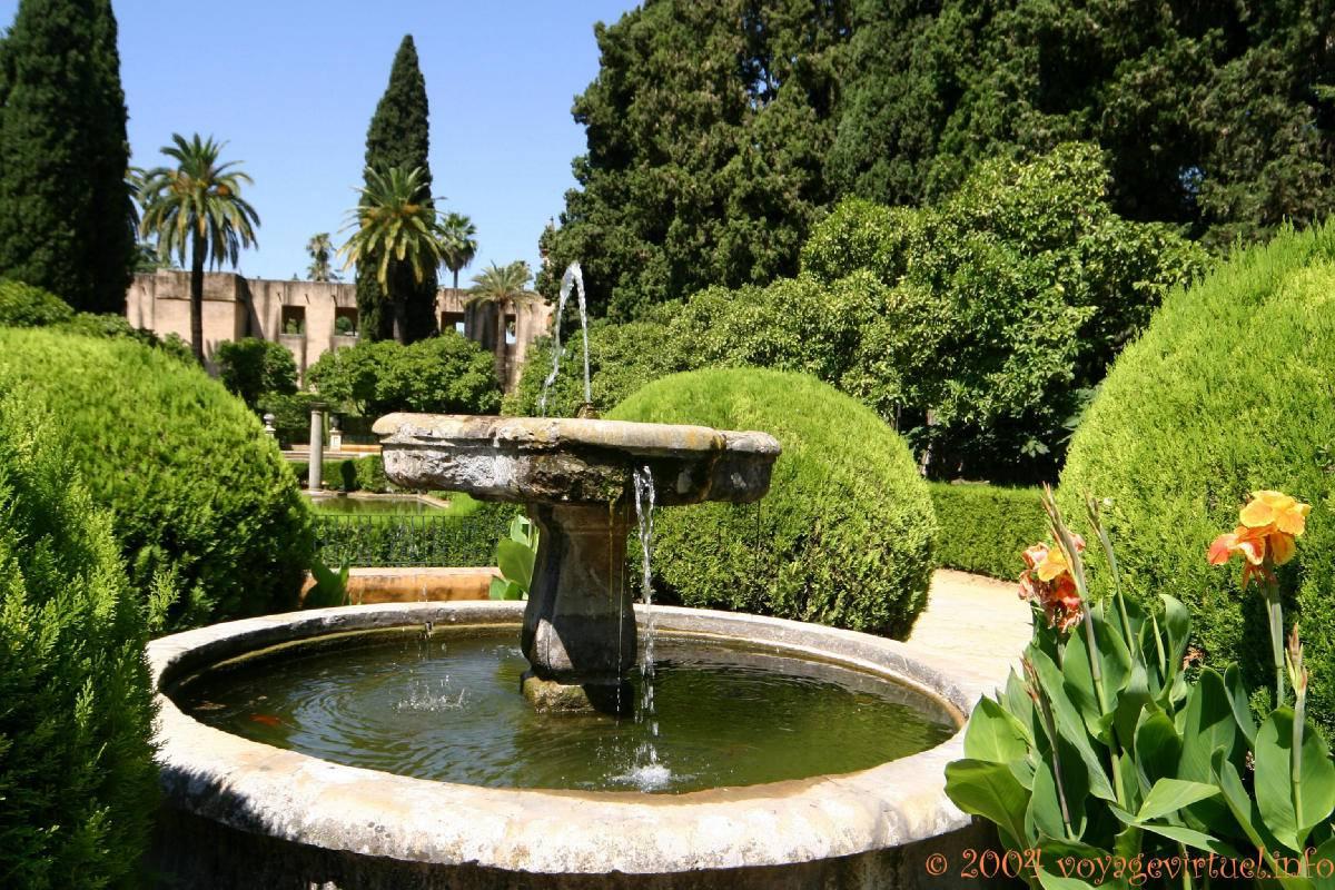 topiary y fuente en el jard n sevilla alc zar espa a