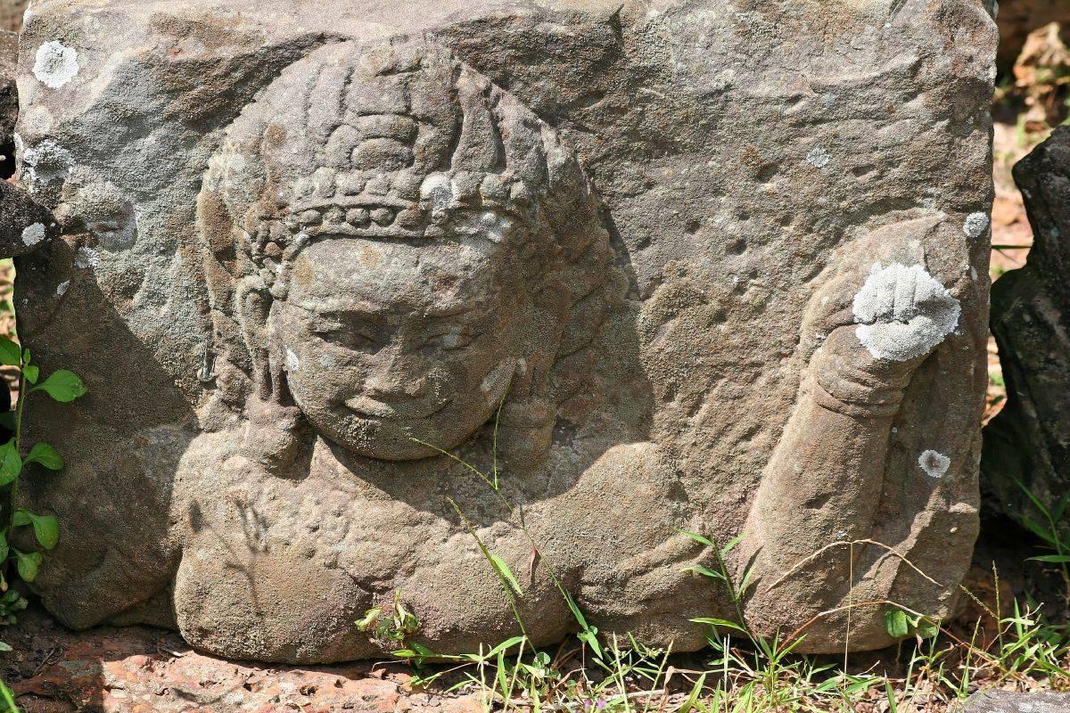 Fragmento De La Escultura En Una Piedra Colocada En El Suelo