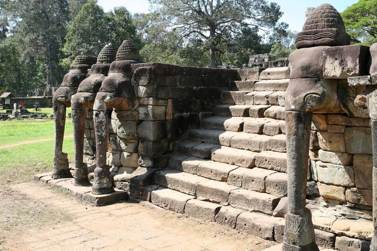 Escalera Con Elefante De Tres Cabezas Y El Loto En El Tronco