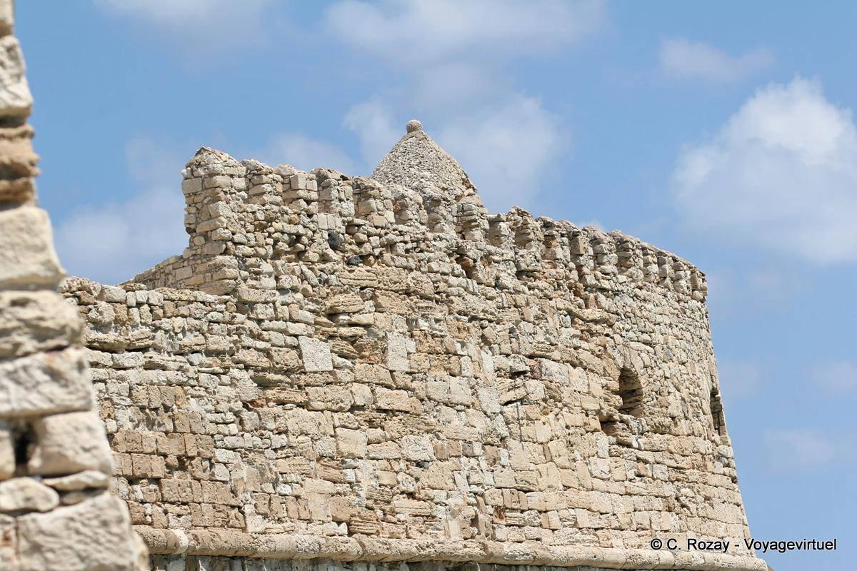 Paredes y almenas redondeadas de piedra arenisca de la for Arquitectura militar
