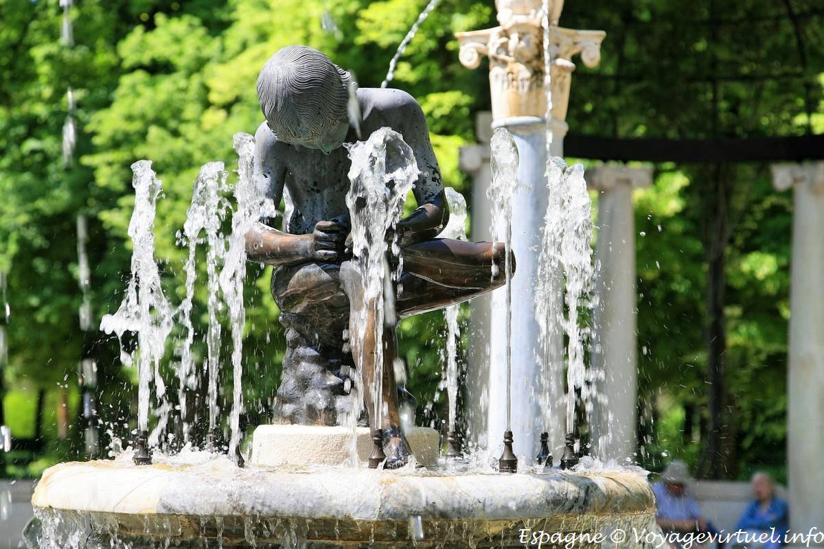 Fuente del ni o de la espina jard n del parterre for El jardin de l abadessa