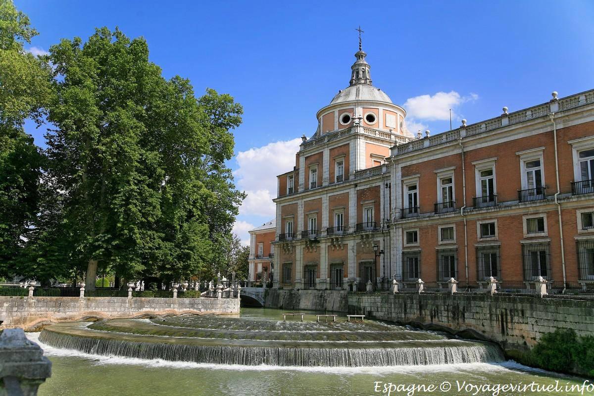 Peque a presa en la r a el palacio real aranjuez espa a for Aranjuez palacio real y jardines