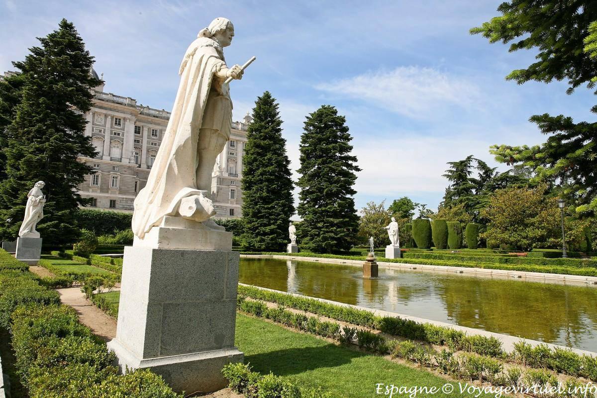Madrid los jardines de sabatini estatuaria espa a for Jardines 15 madrid