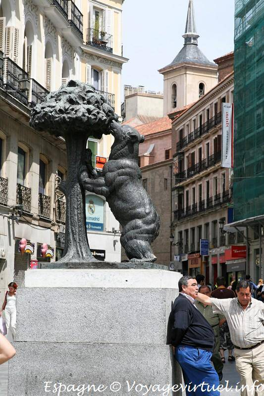 Estatua del oso y el madro o antonio santafe la puerta for Puerta del sol madrid mapa