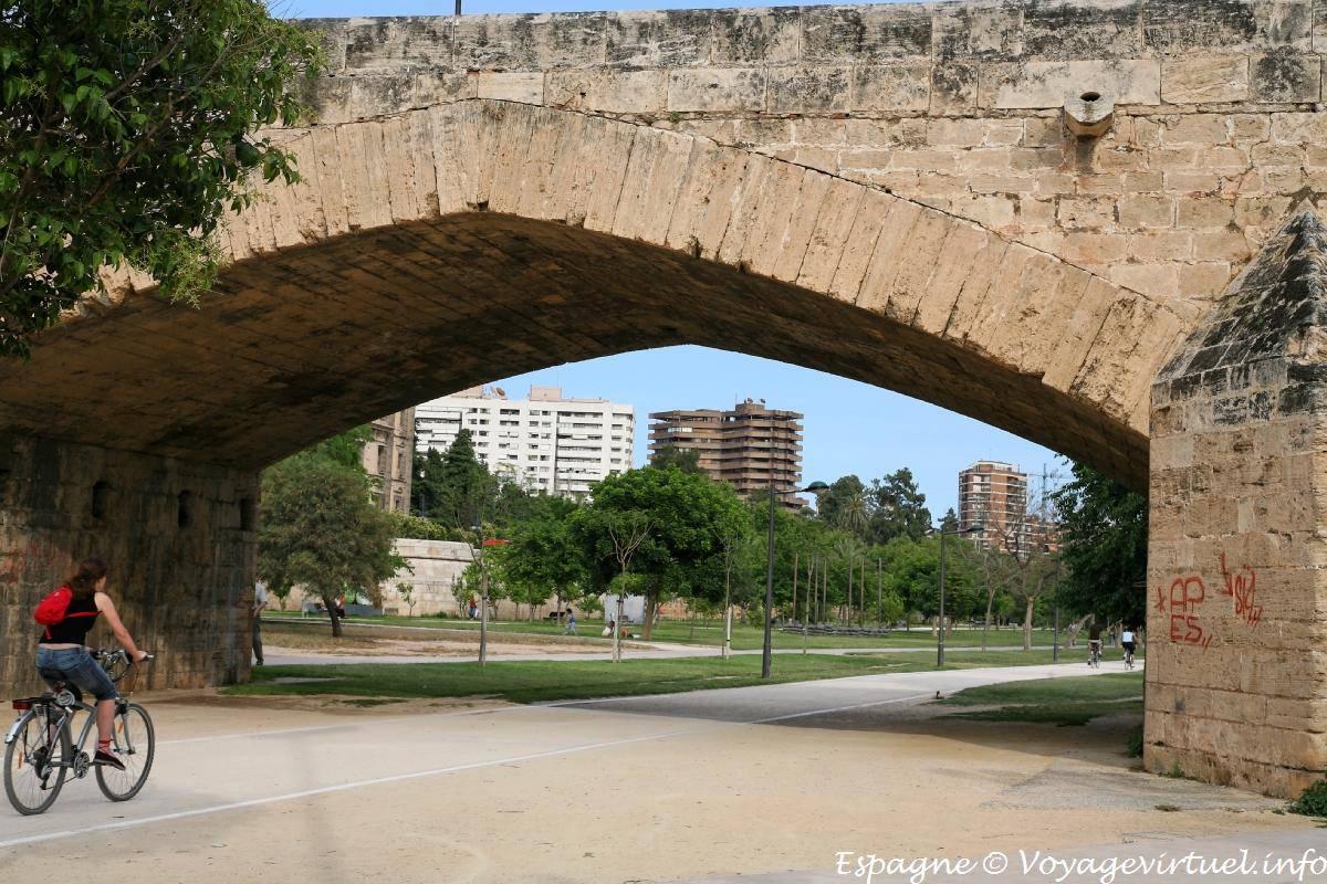 Valencia puente de la trinidad el jard n del r o turia espa a - Jardin del turia valencia ...