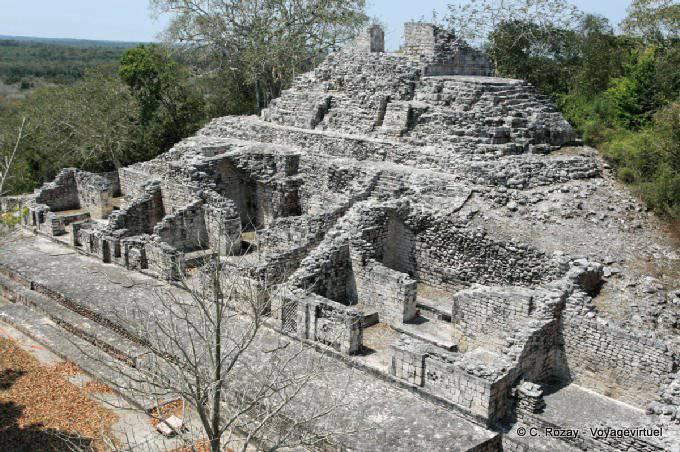 Becan, ruines des habitations de la ville au pied de la structure deux