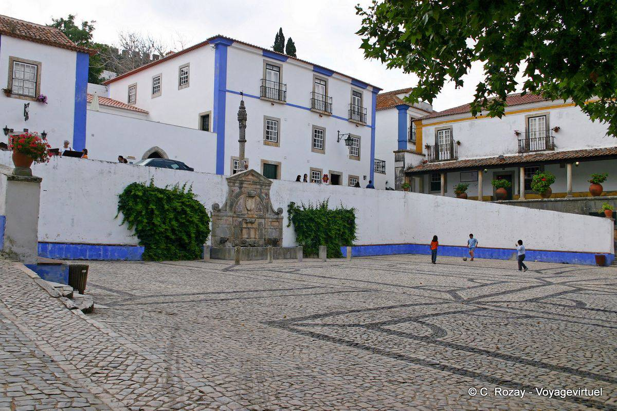 La fuente y la picota en la plaza de Santa María, Obidos - Portugal